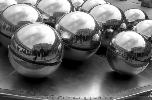 Boules mtalliques de la fontaine Spherades, Paris