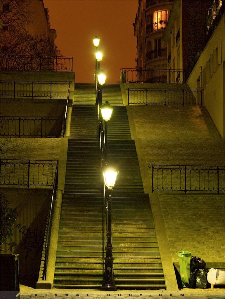 Montee d'escaliers typique, Montmartre, Paris