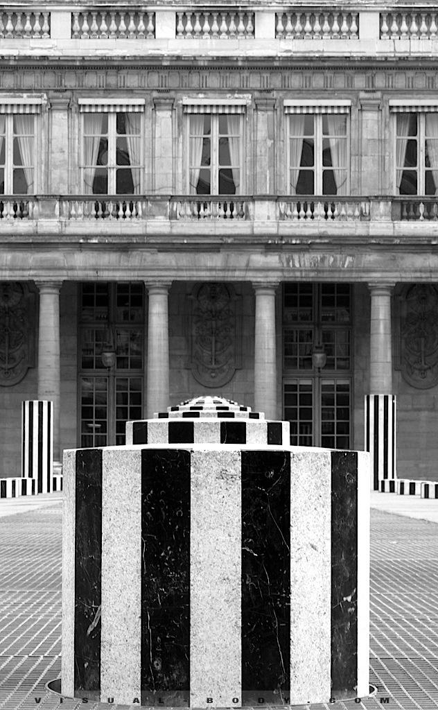 Colonnes de Buren du Louvre, Paris
