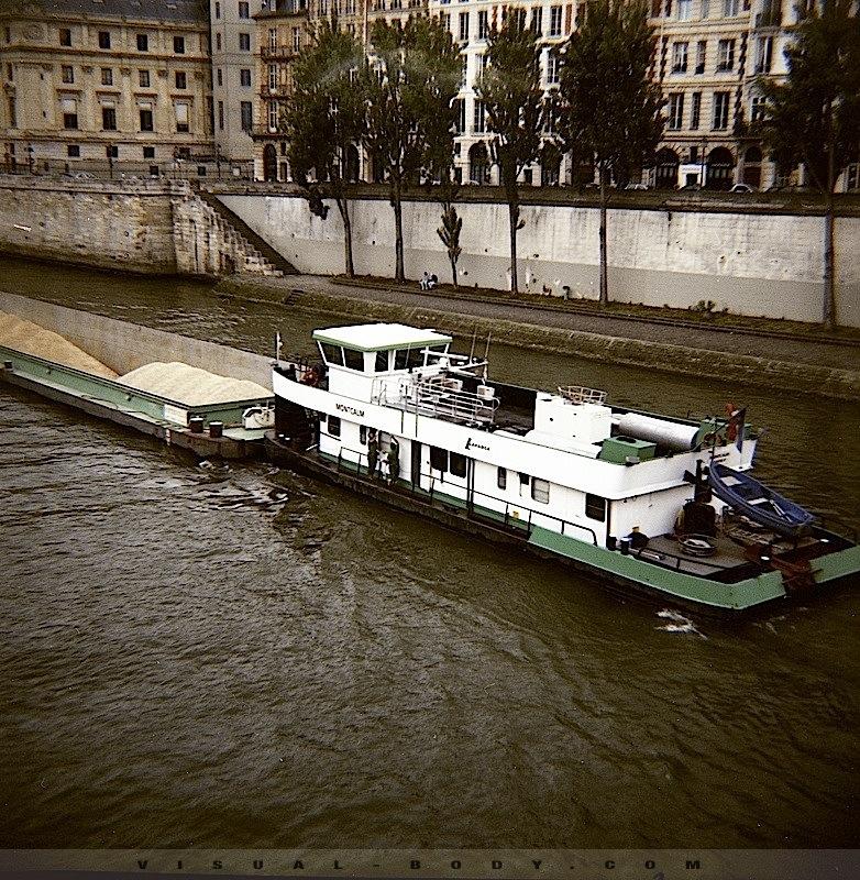 Peniche sur la Seine
